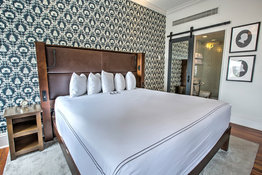 Q & C Hotel/Bar